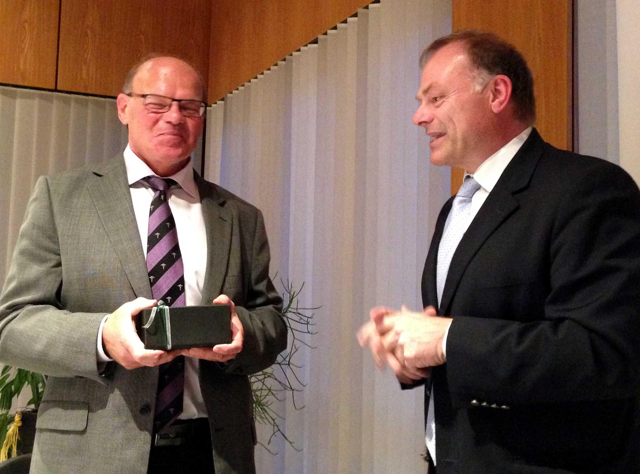 links: Stadtoberamtsrat Hans Schön