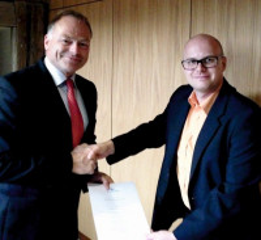 links: Bürgermeister Gerhard Kieninger, Thorsten Renner