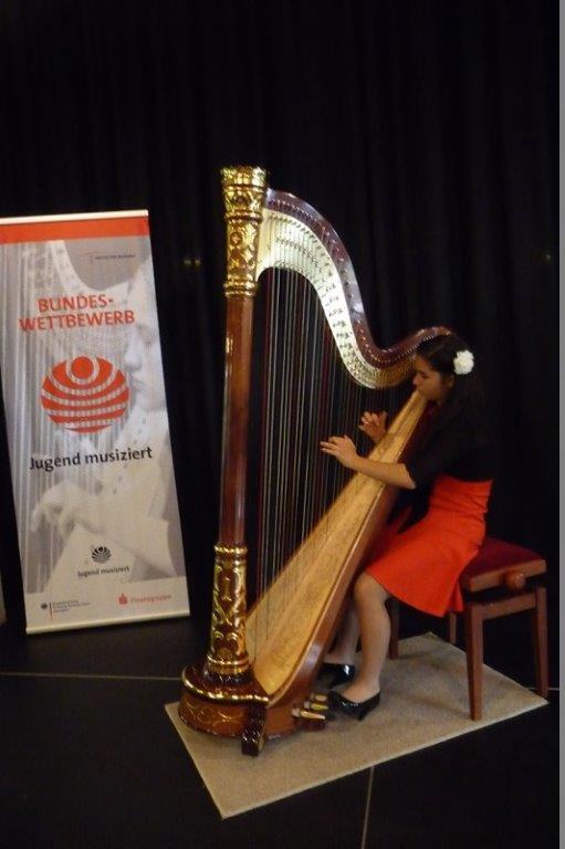 Helena Andreula an der Harfe
