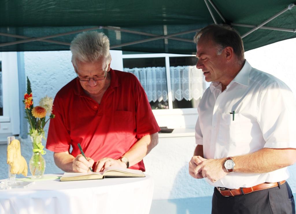 Ministerpräsident Winfried Kretschmann beim Eintrag in das Gästebuch der Stadt Niederstotzingen