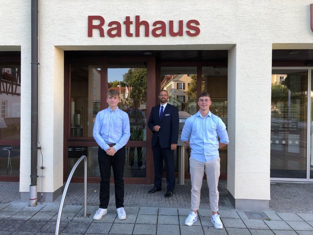 v.l. Jonas Hammann, Bürgermeister Marcus Bremer, Silas Eckert
